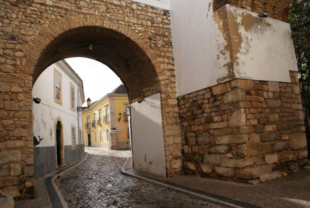 Porte de la Vieille Ville de Faro au Portugal.