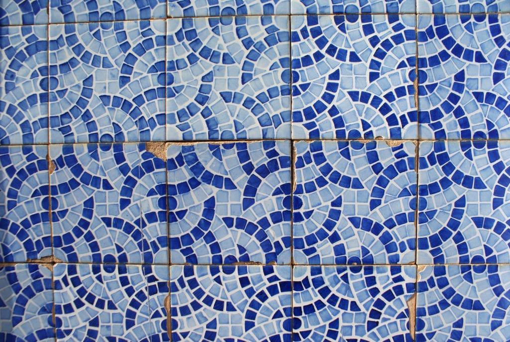Gros plan sur les azulejos bleu et blanc à Faro.