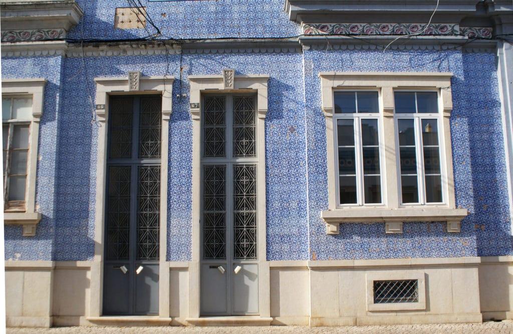 Façade aux azulejos bleu et blanc à Faro.