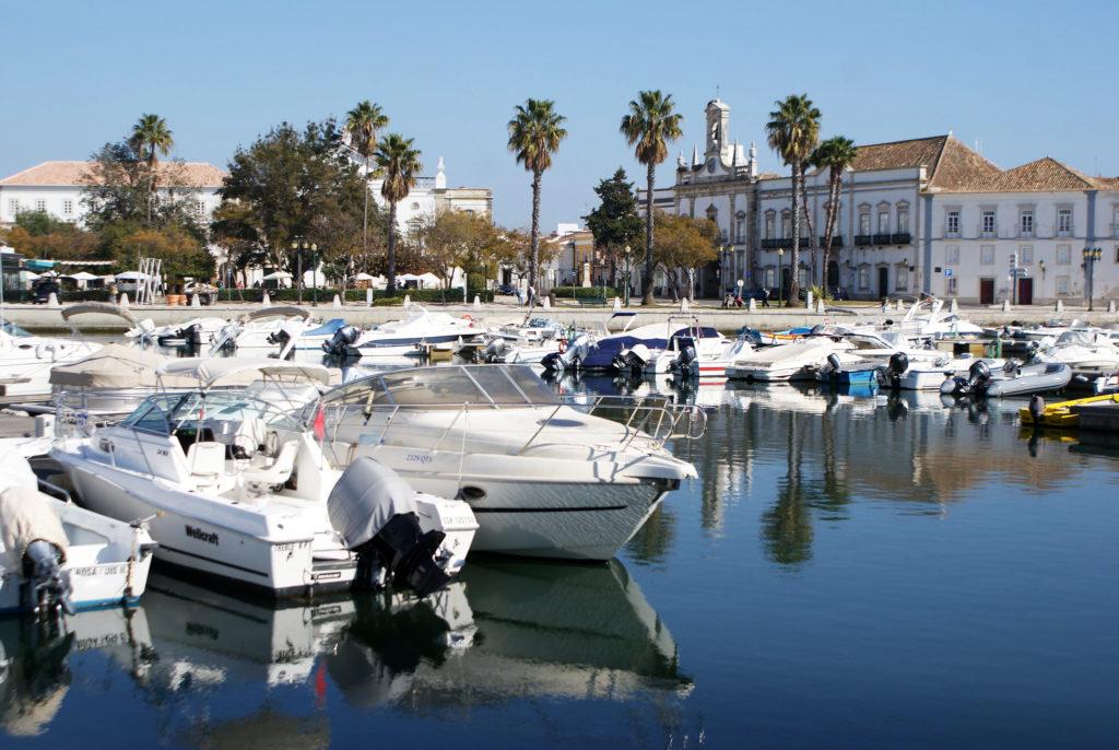 Bateaux dans le port de Faro à l'entrée de la Vieille Ville.
