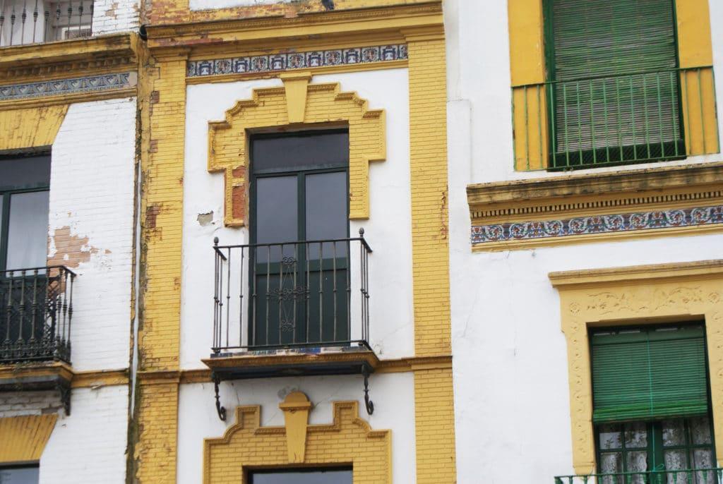 Fenêtres et façades du quartier de Triana à Séville.