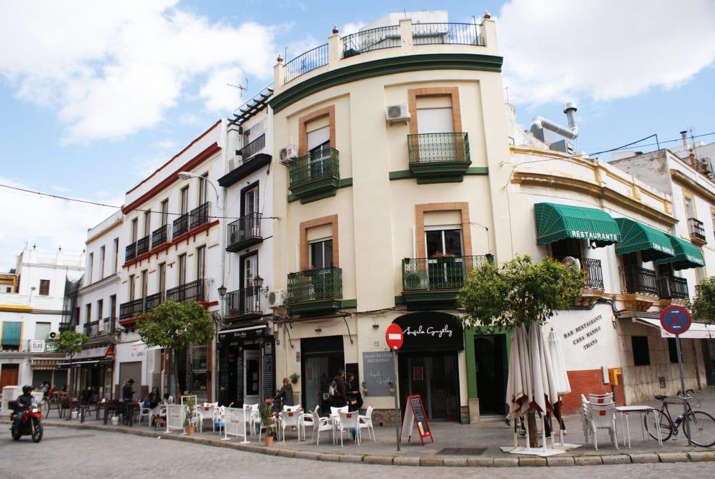 Terrasses et restaurants près du Mercado da Triana à Séville.