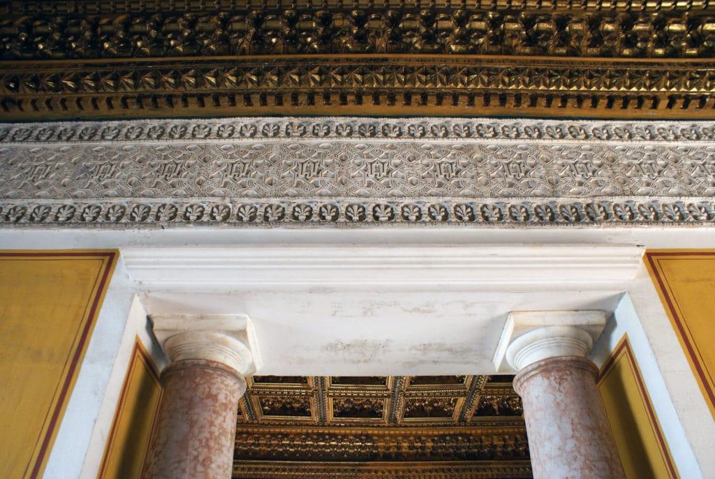 Frise mudejar et colonne dorique dans le Palais Pilate à Séville.