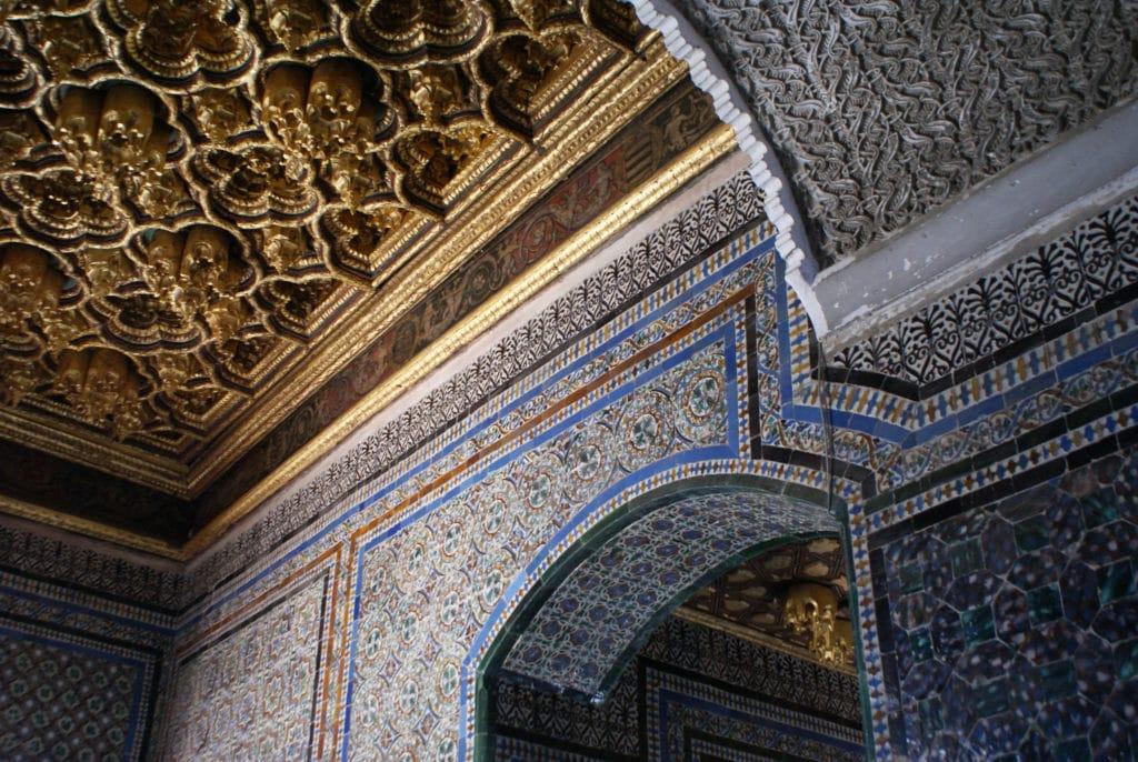 Azulejos et plafon en nid d'abeille dans l'escalier menant à l'étage de la Casa de Pilatos à Séville.
