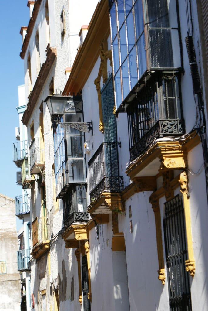 Fenêtre et ferronnerie dans le quartier du centre de Séville.