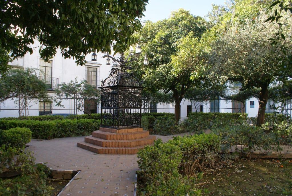 Plaza de Santa Cruz dans le quartier de Santa Cruz à Séville.