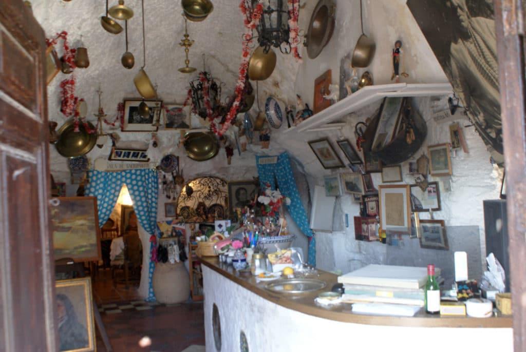 Bar dans une maison troglodyte dans le quartier de Sacromonte à Grenade.