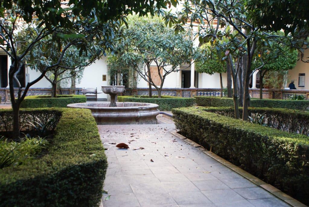 > Un des deux cloîtres du musée des Beaux Arts de Séville.