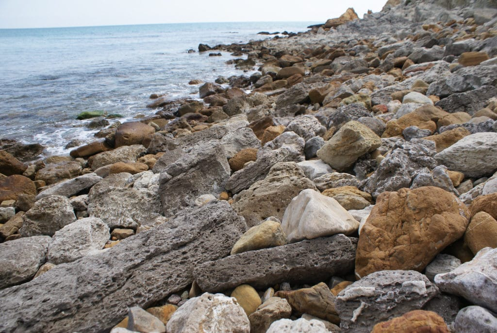 Rocher de la plage de Burgau près de Lagos au Portugal.