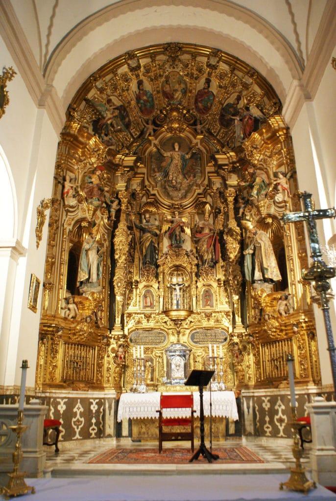 Maitre autel de l'église du monastère de Sacromonte devant la Sierra Nevada à Grenade.