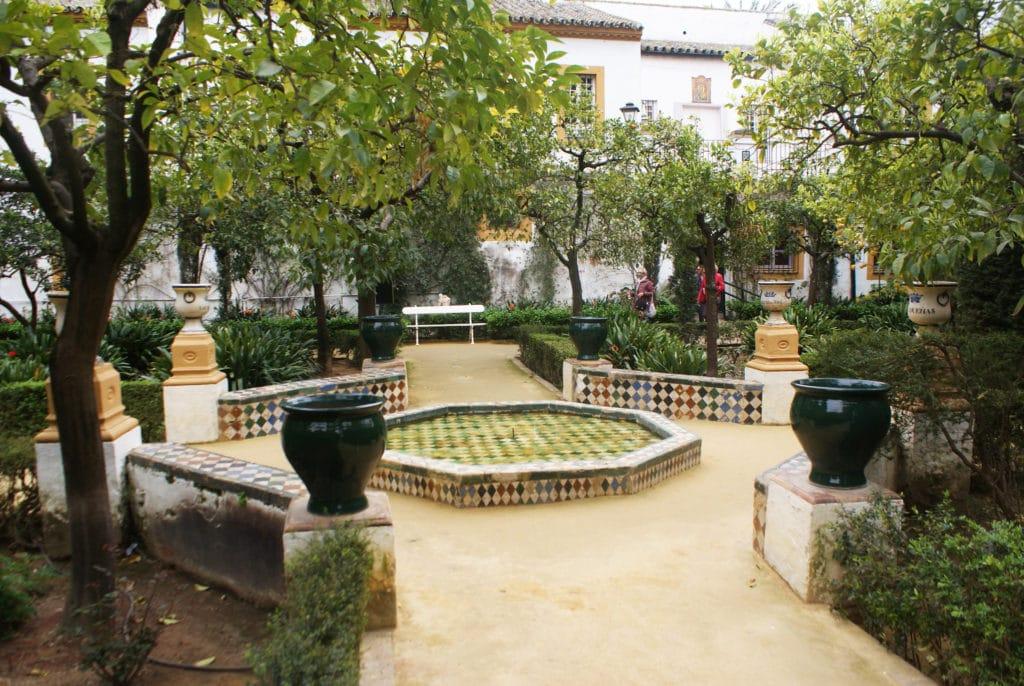 Jardin et fontaine dans le Palais de las Dueñas à Séville.