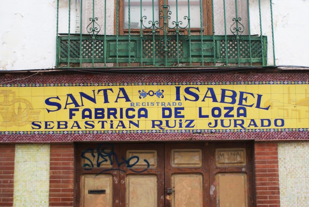 Fabriquant de céramiques dans le quartier de Triana à Séville.