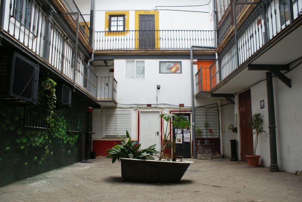 Rencontre absurde avec une baignoire qui aimerait être un bateau dans le quartier d'Alameda à Séville.