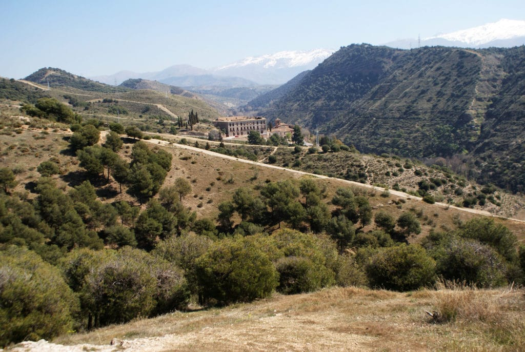 Le monastère de Sacromonte devant la Sierra Nevada à Grenade.