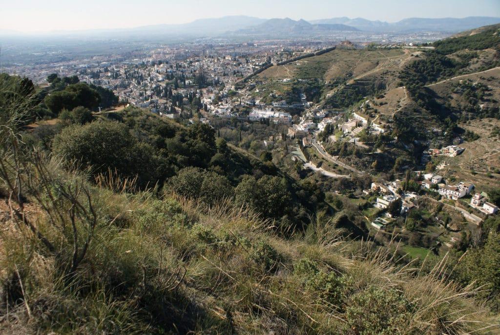 Vue sur Grenade depuis les collines environnantes.