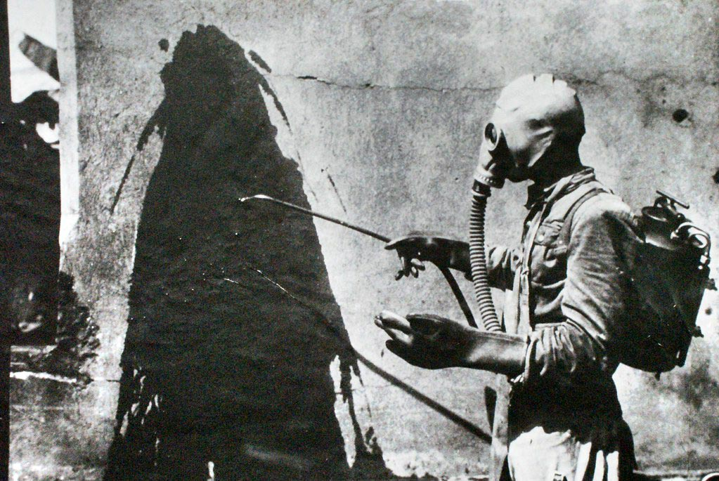 Exercice de décontamination anti-atomique dans le musée de Nowa Huta à Cracovie.