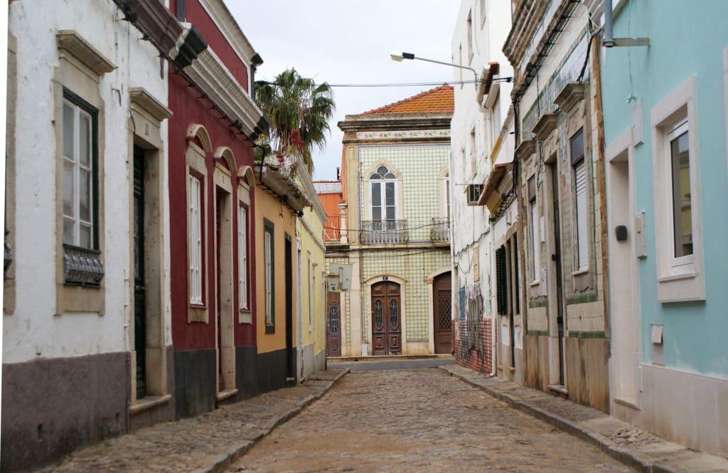 Azulejos et couleurs dans une ruelle d'Olhão.