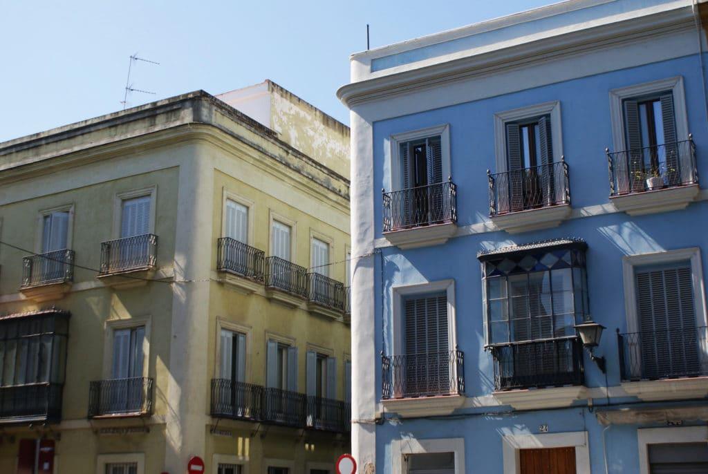 Façades colorées de laPlaza Cristo de Burgos à Séville.