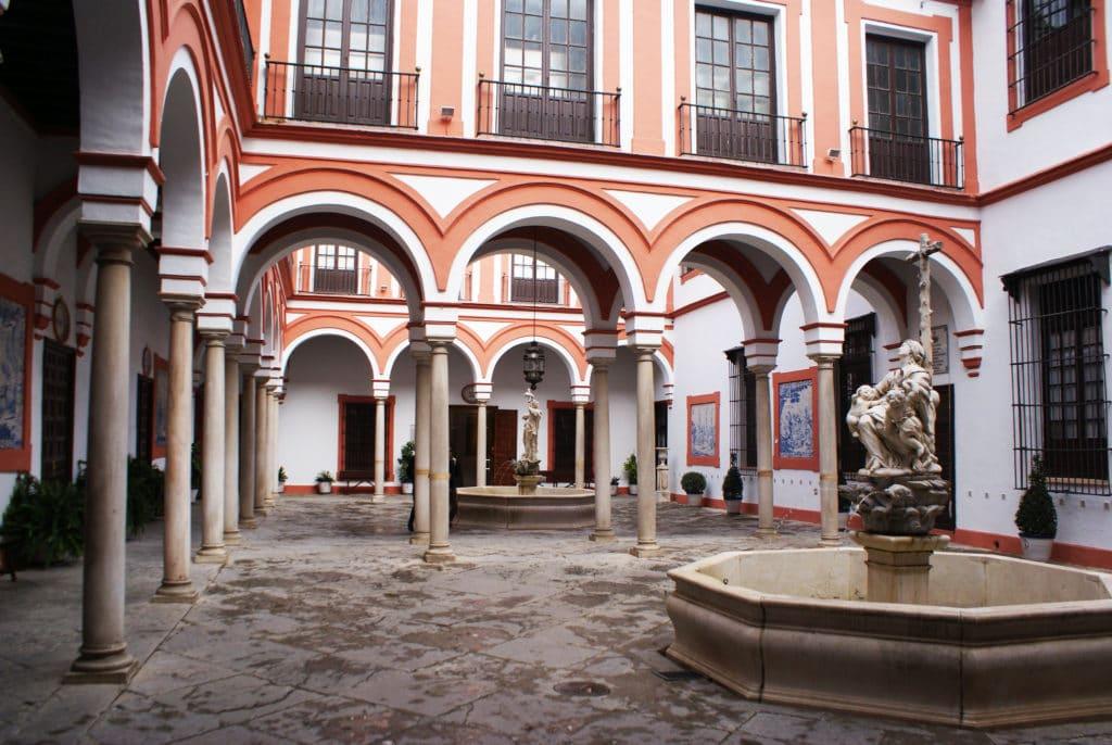Cloîtres de l'hopital de la Caridad  à Séville avec statues génoises et arcs toscans (?) - Photo d'Anual