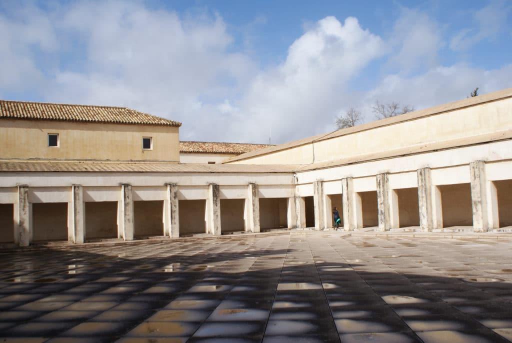 Une des grandes cours du Centre Andalou d'Art Contemporain à Séville après la pluie.