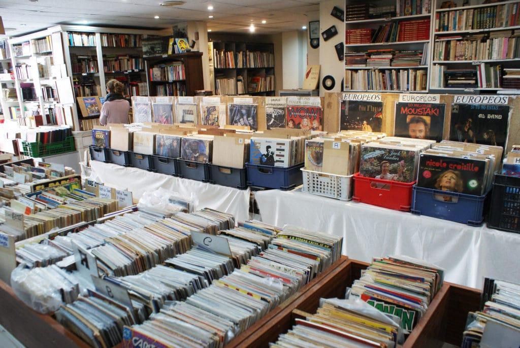 Collecting Don Cecilio Disquaire et libraire BD/comics dans le quartier de Triana à Séville.