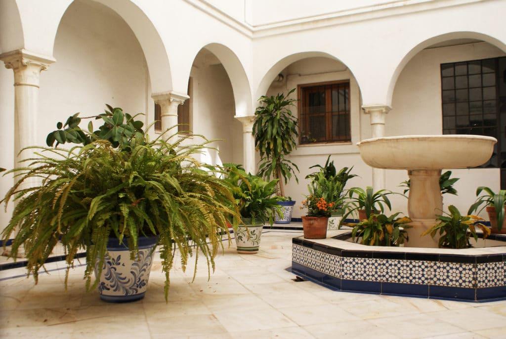 Patios de Séville à la fois jardin et cour d'intérieur.