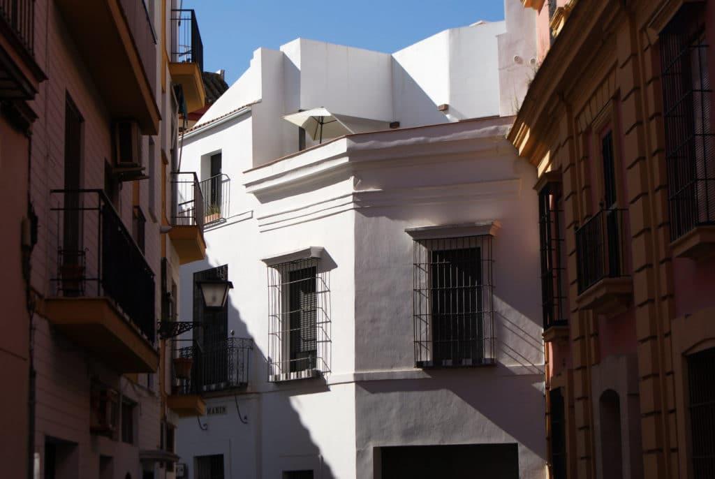Sobriété quasi cubique dans une rue du centre de Séville.