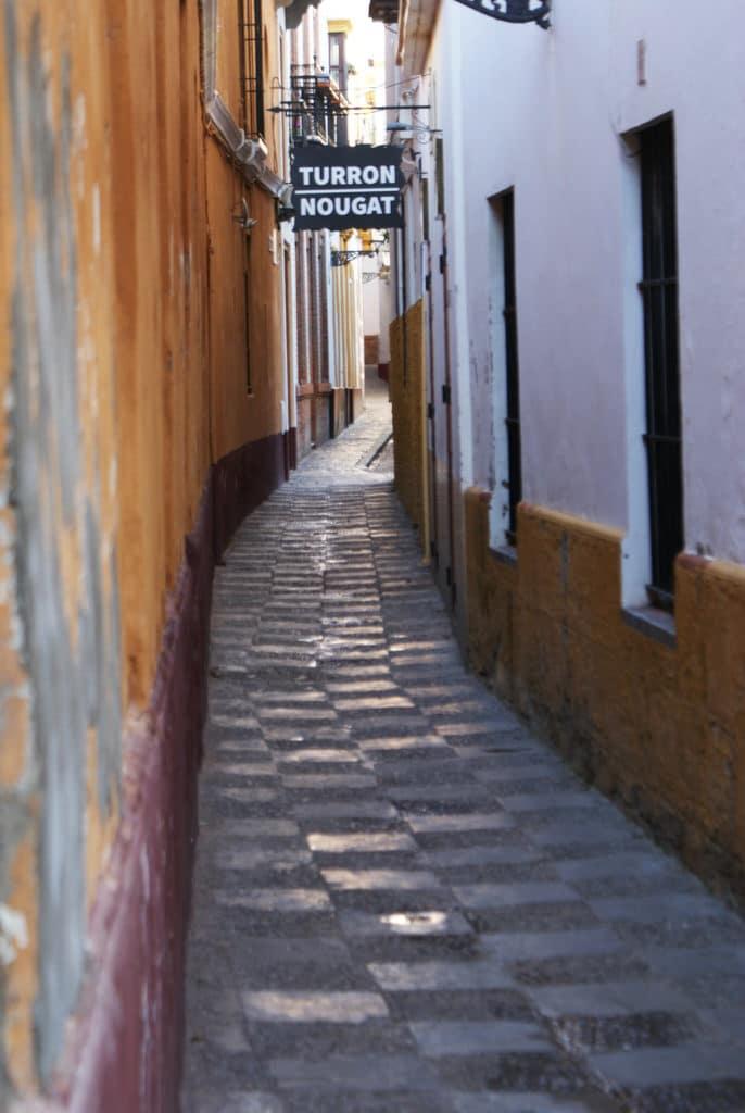Ruelle du quartier de Santa Cruz à Séville.