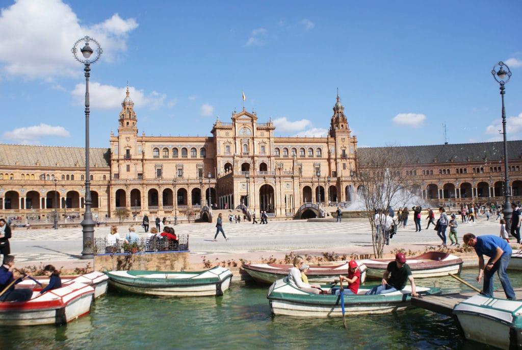 Place d'Espagne à Séville, le monument est parcouru par un canal sur lesquel on vient s'essayer au canotage avec souvent des situations assez drôles.