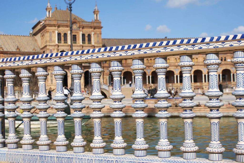Place d'Espagne : Décoration en faïence autour du bassin de canotage.