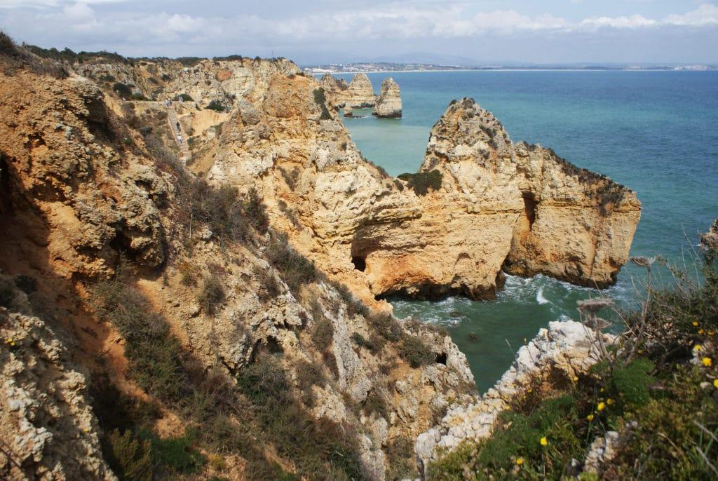 Falaises emblématiques de Lagos en Algarve au sud du Portugal.