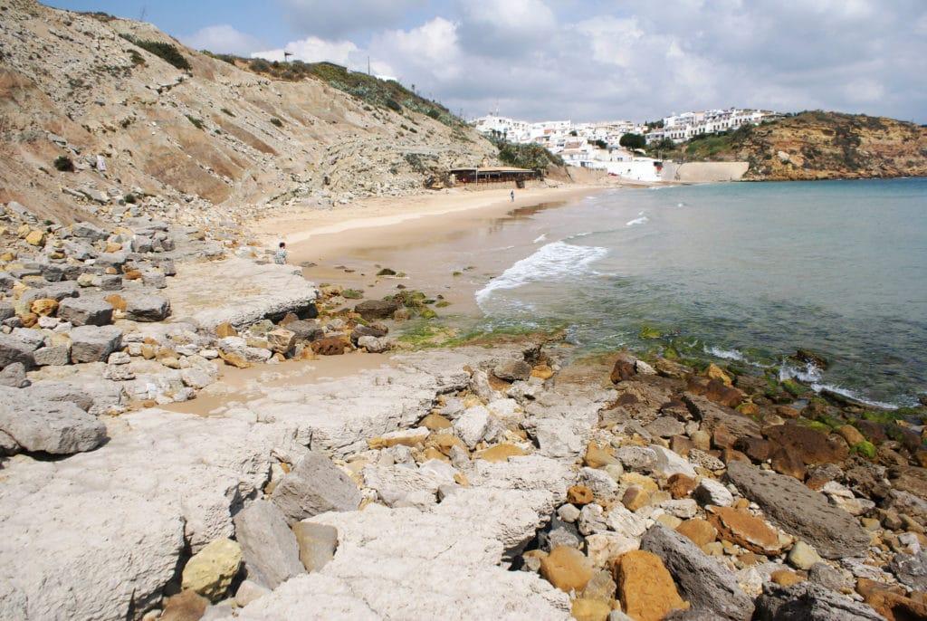Plage de Burgau près de Lagos au Portugal.