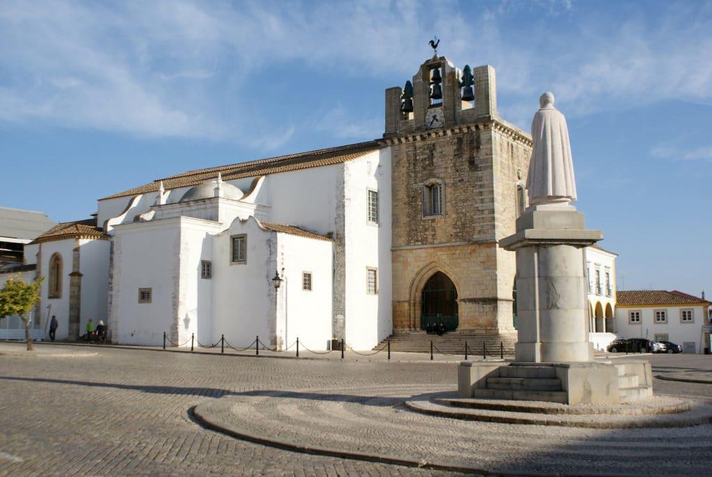 Cathédrale du Vieux Faro : Austère et minérale.