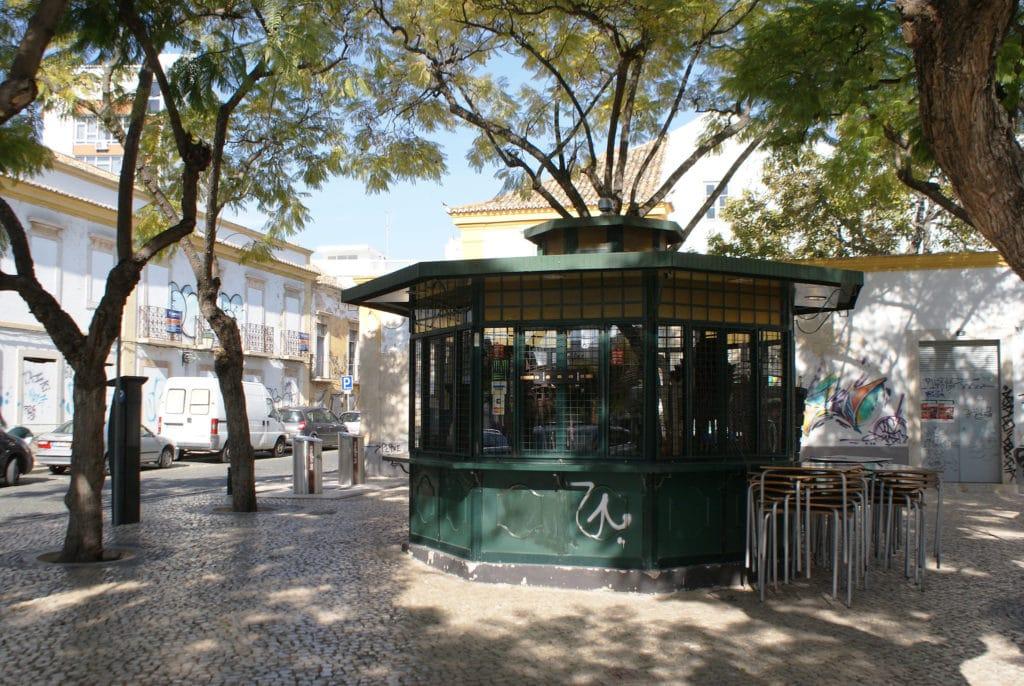 Kiosque sur une placette de Faro bordée d'acacias.