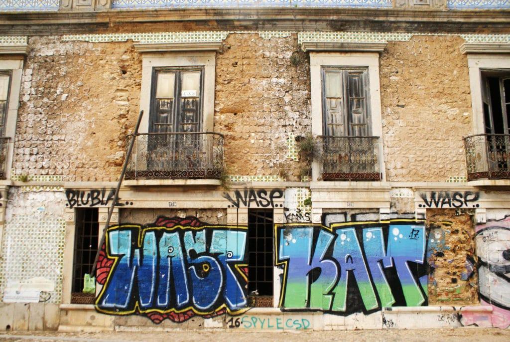 Street art et azulejos à Faro.