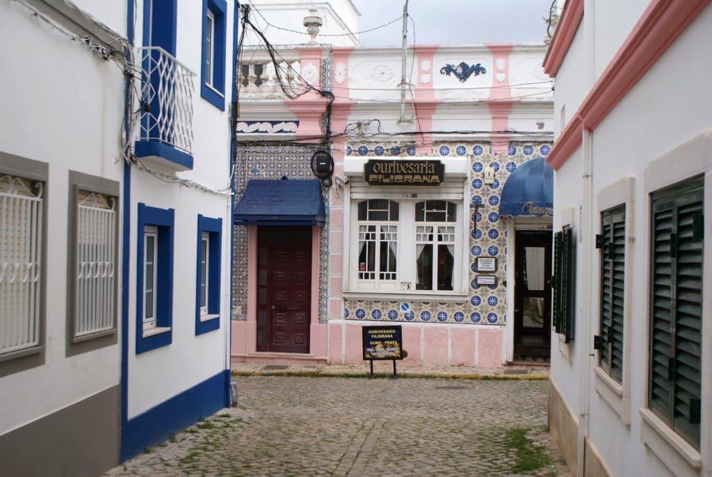 Azulejos sur un restaurant d'Olhão.
