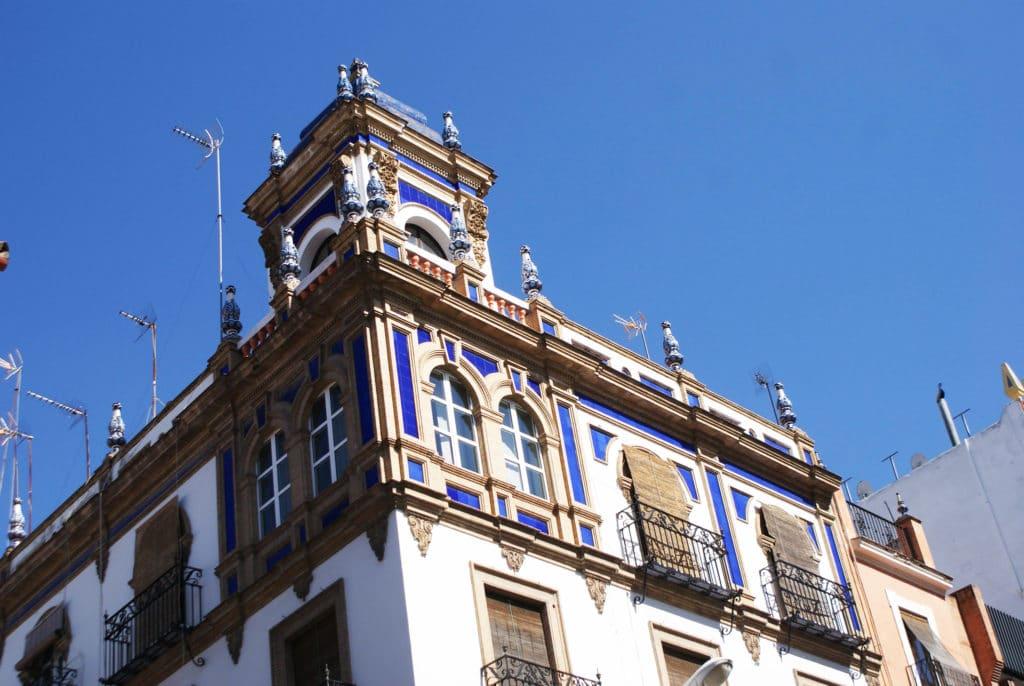 Bleu éclatant d'un bâtiment du quartier de l'Arenal à Séville.