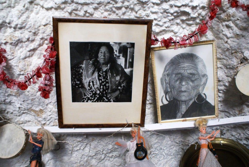 Dans un bar dans une maison troglodyte dans le quartier de Sacromonte à Grenade.