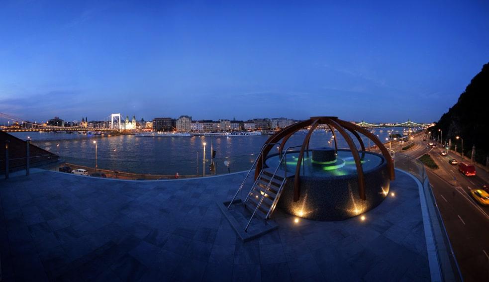 Vue sur le Danube et Pest depuis les toits du bains Rudas à Budapest