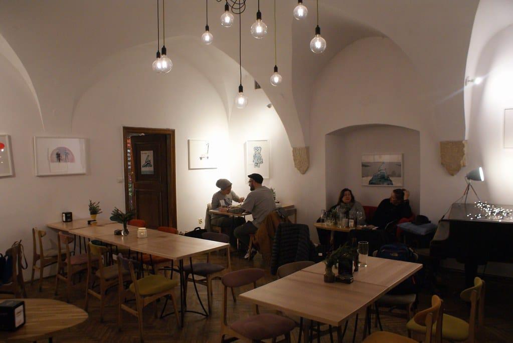Café 2 Okna dans le quartier de Kazimierz à Cracovie.