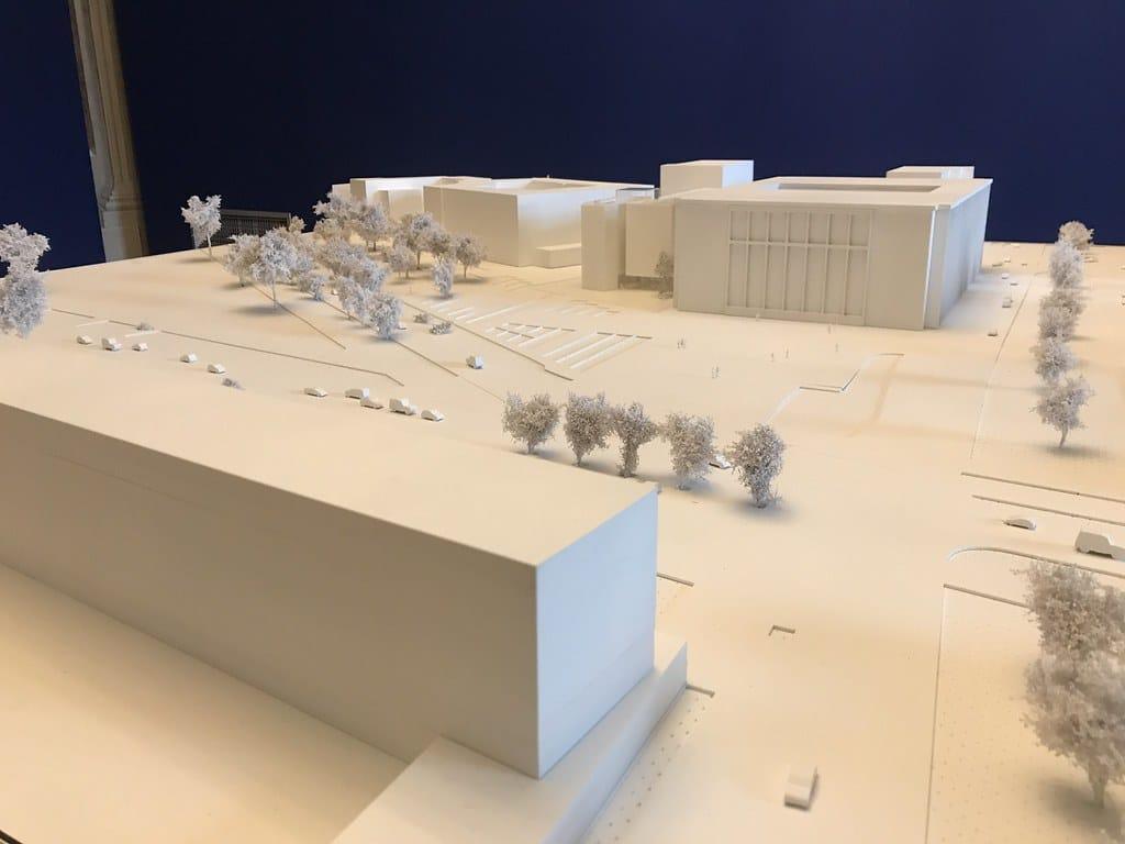 Projet choisi pour le musée Wyspianski à Cracovie à gauche de l'imposant bâtiment principal du Musée National. Au premier plan, l'ancien hôtel Cracovia et futur musée (?) du design.