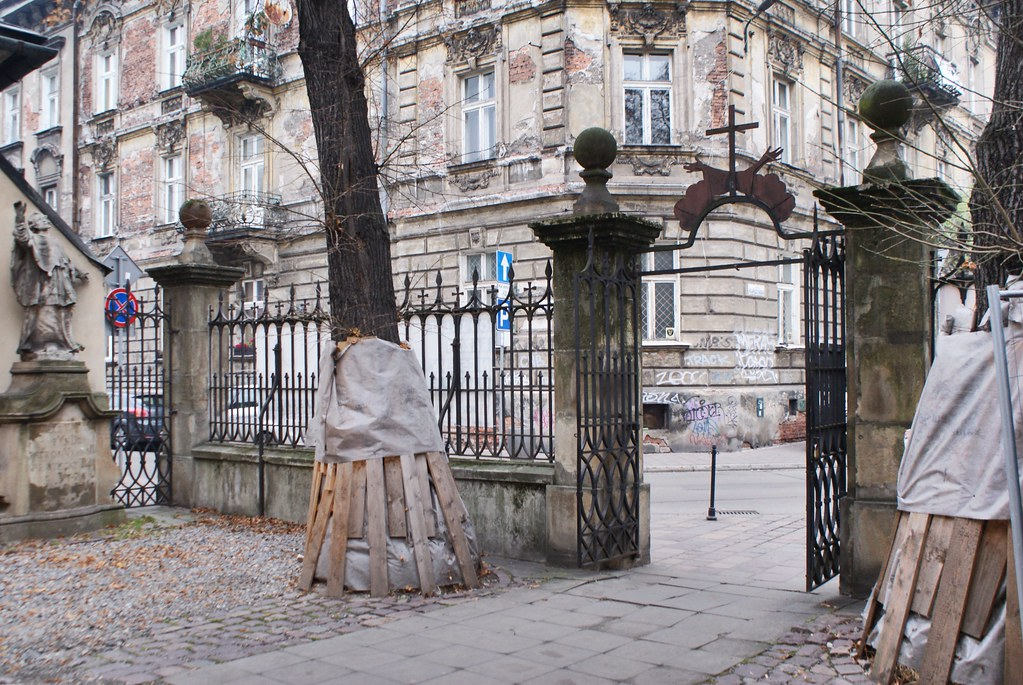 Devant l'église des Capucins dans le quartier de Piasek à Cracovie.