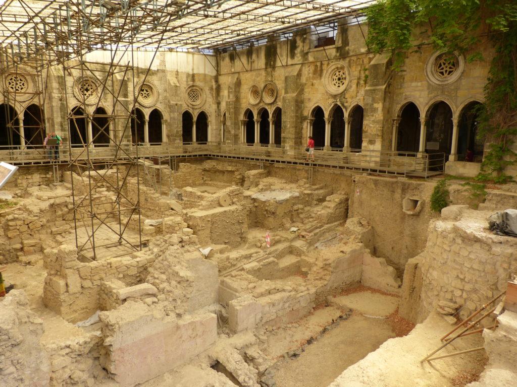 Fouille archéologique dans le cloître de la Cathédrale Sé à Lisbonne.