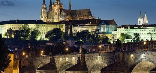 800px-Night_view_of_the_Castle_and_Charles_Bridge2C_Prague_-_8034.jpg