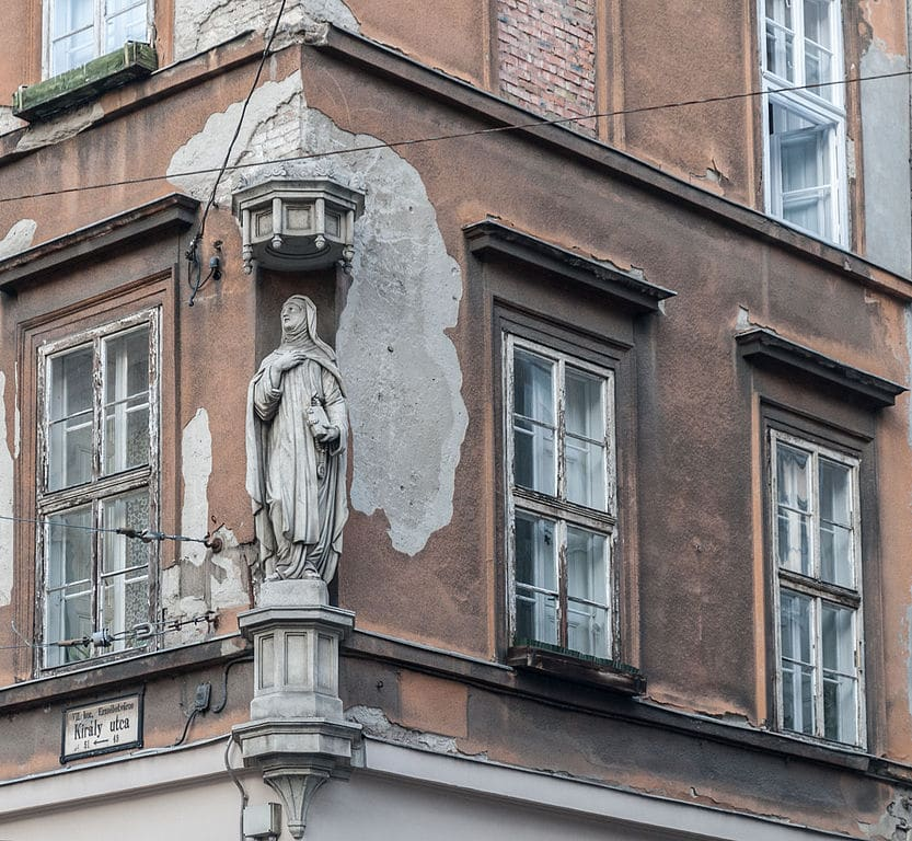 Statue religieuse au coin d'une rue de Budapest - Photo The Photographer