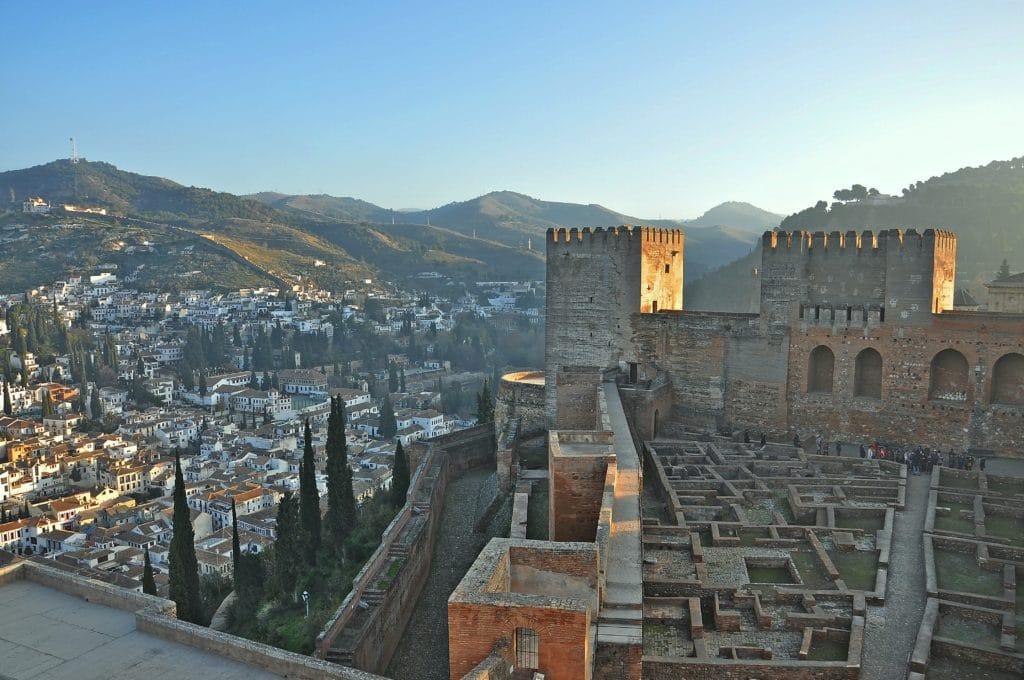 Chateau maure de l'Alhambra à Grenade en Andalousie.
