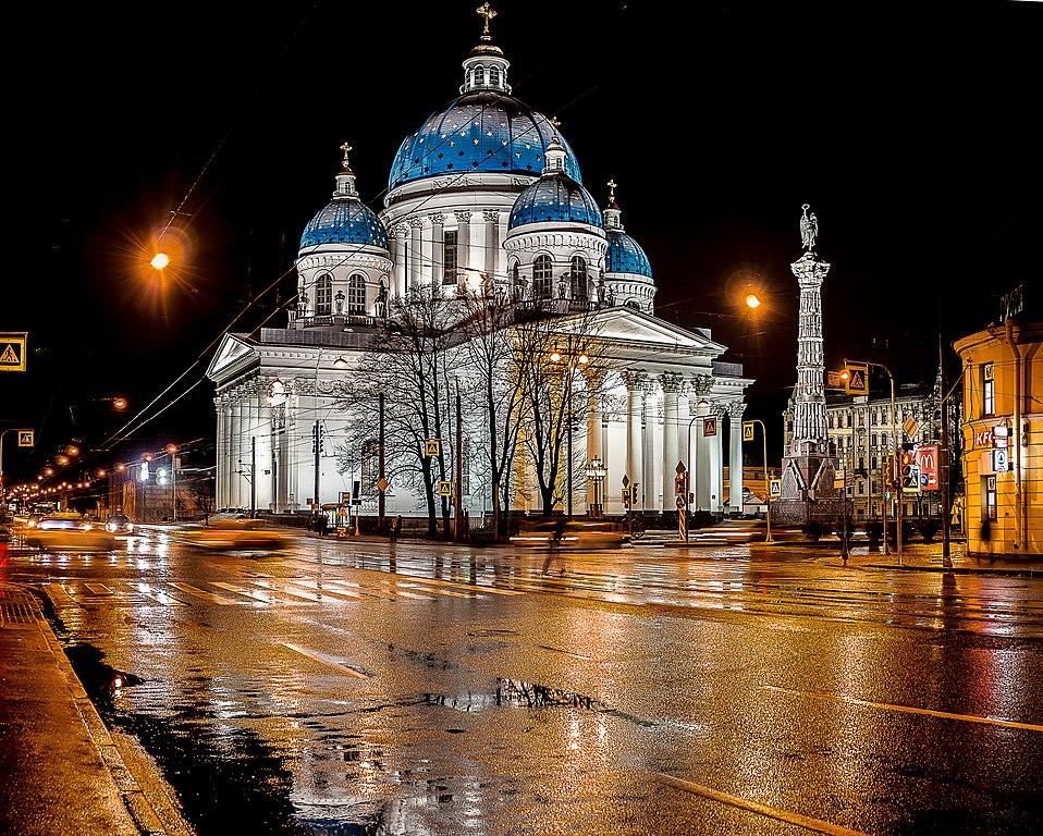 > Cathédrale de la Trinité (Saint-Pétersbourg) et colonne de la gloire - Photo d'Евгений Чернобук