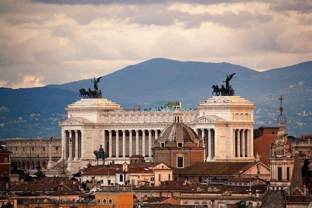 Monument à Victor Emmanuel II et autel à la patrie dominant Rome - Photo de Libera Latino