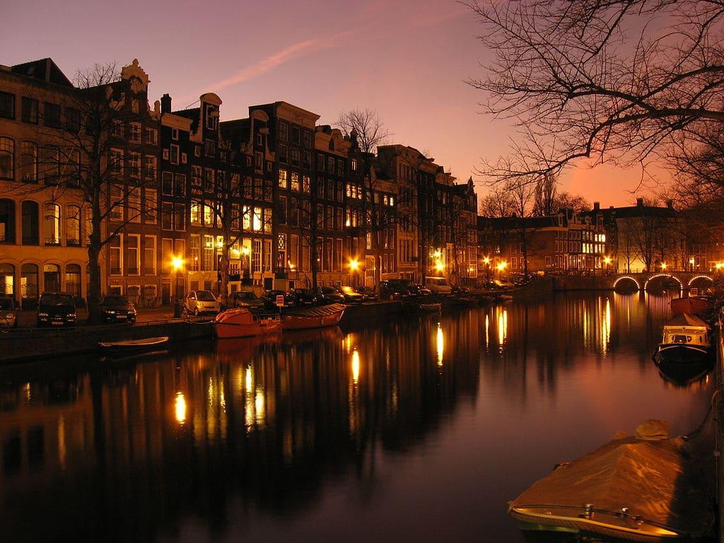 Canaux d'or à Amsterdam : Quartier romantique et élégant