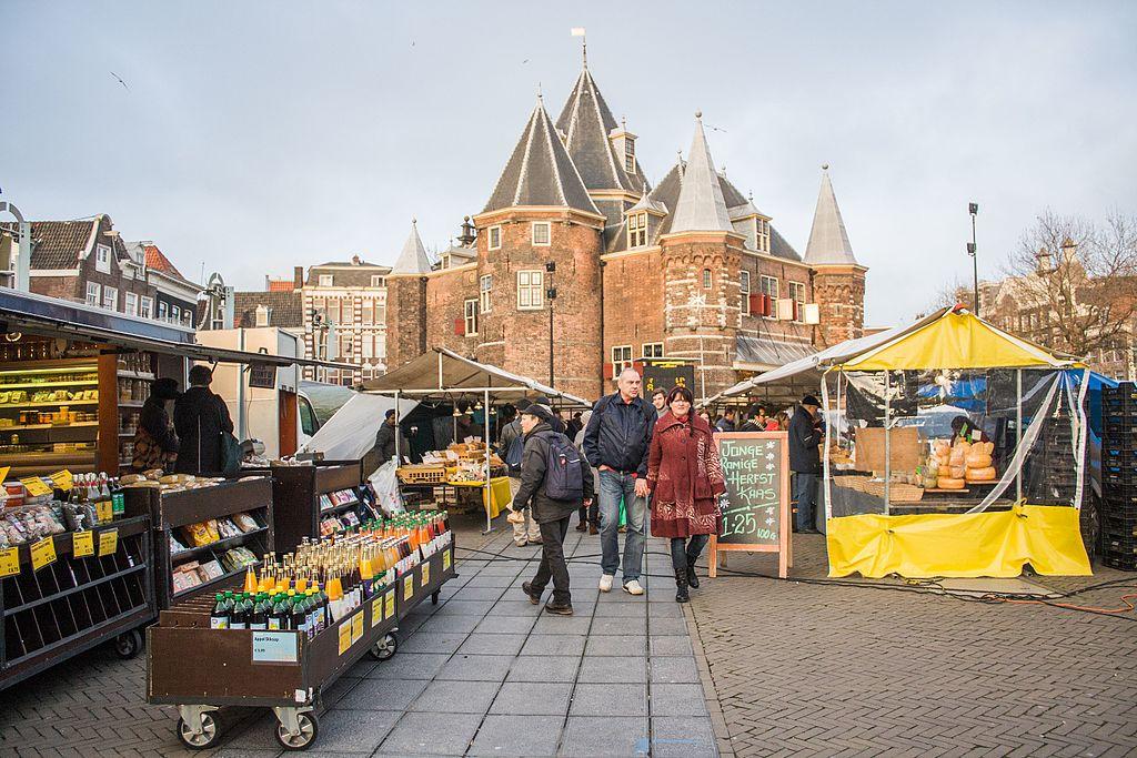 Sur le marché de Nieuwmarkt avec l'ancienne fortification et balance publique : Den Waag. Dans le Centre historique à la limite du quartier rouge et de Chinatown. Photo de Shadowgate.